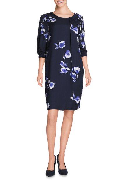 Blauw kleed met paarse bloemen