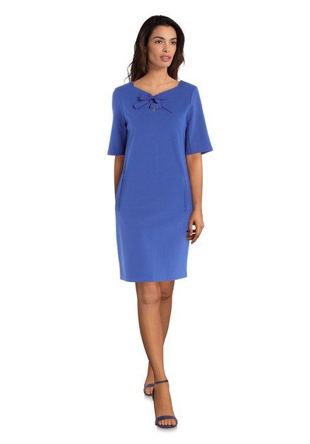 Blauw kleed strik aan de hals