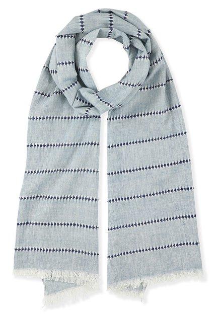 Blauwe sjaal met donkerblauwe streepjes