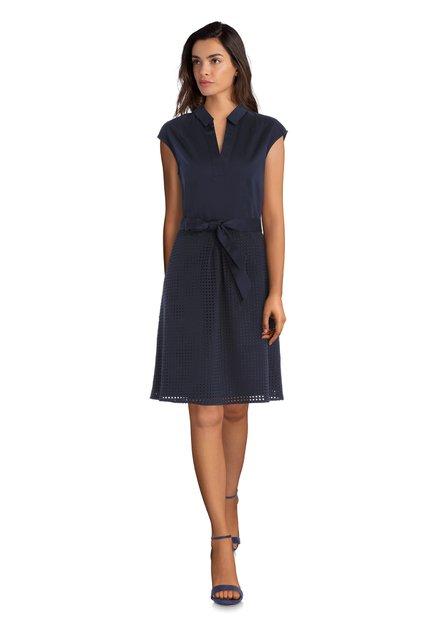 Donkerblauw kleed met geperforeerd patroon