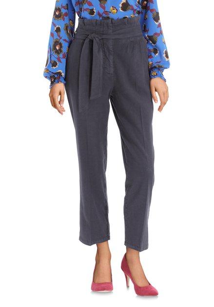Donkerblauwe broek met plooien en stoffen riem