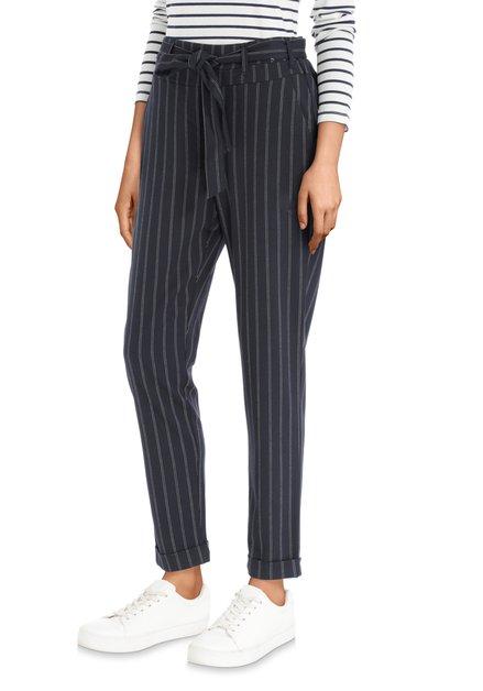 Donkerblauwe broek met witte strepen en riem