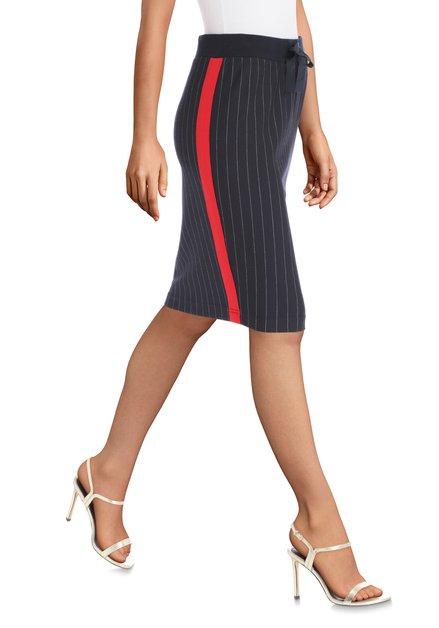 Donkerblauwe rok met rode biezen