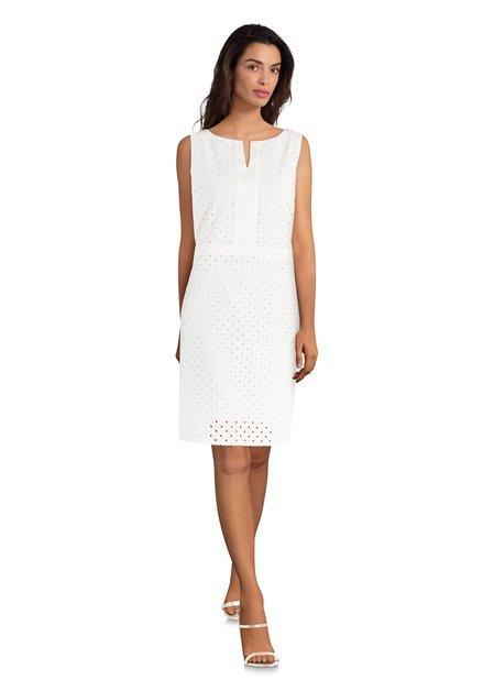 Ecru kleed met geperforeerd patroon
