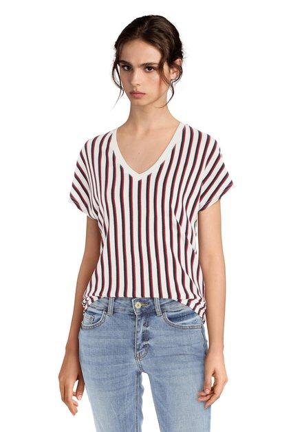 Ecru T-shirt met blauwe en rode strepen