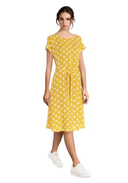 Geel kleed met stippen