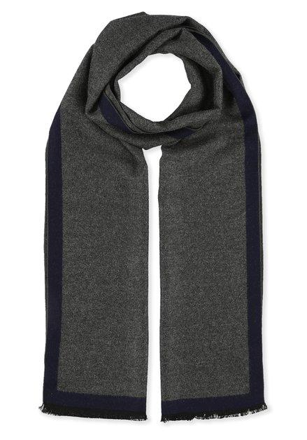 Grijze sjaal met blauwe boord