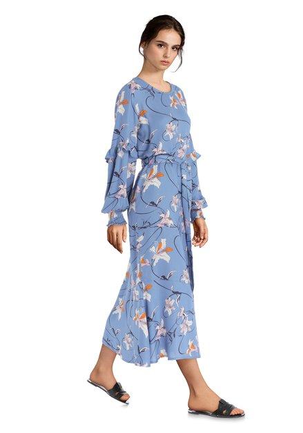 Lang blauw kleed met lichtroze bloemen