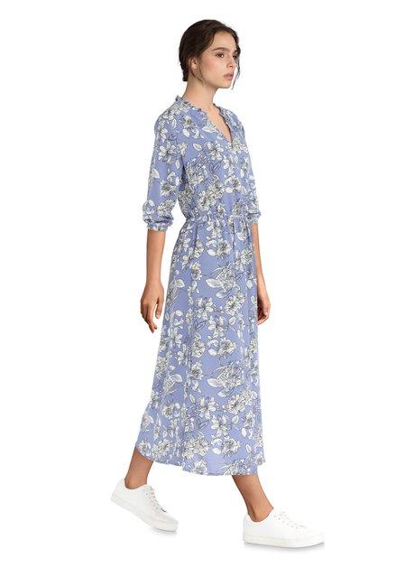 Lang blauw kleed met witte bloemen