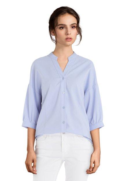 Lichtblauwe blouse met decoratieve naden