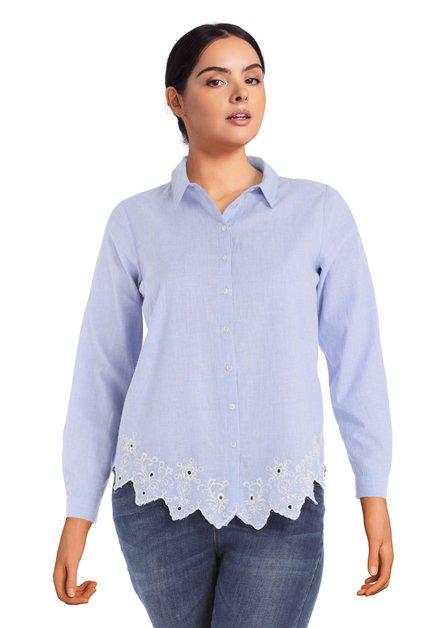 Lichtblauwe blouse met geborduurde details