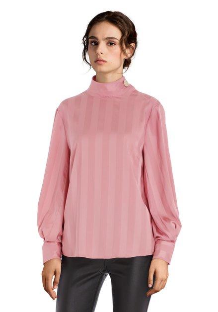 Lichtroze zijdeachtige blouse met gouden knop