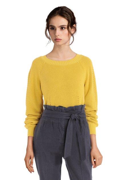 Pull en tricot jaune à encolure ronde