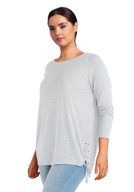 Pull gris en tricot avec noeuds