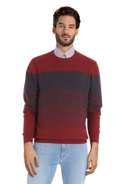 Pull rouge avec rayures bleues