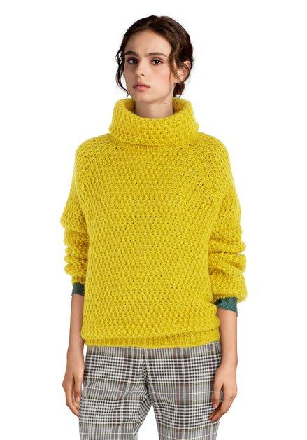 Pull tricoté jaune moutarde à col roulé et mohair