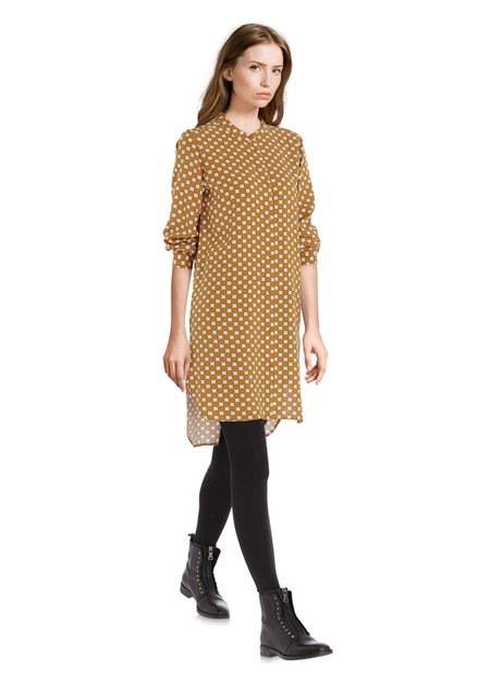 Robe dorée avec des carrés écrus