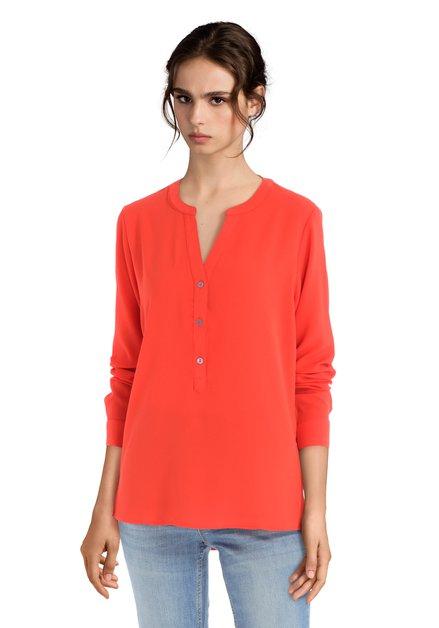 Rode blouse met korte knopenlijst