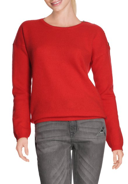 Rode wollen pull met zwarte knopen