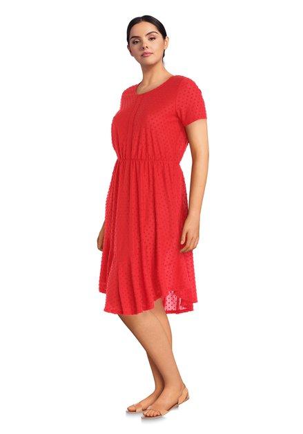 Rood kleed met reliëfmotief