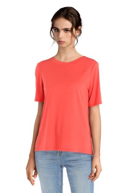 Rood T-shirt met V-hals op de rug