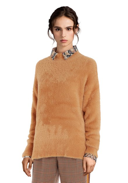 Zandbruine fluffy trui met opstaande kraag