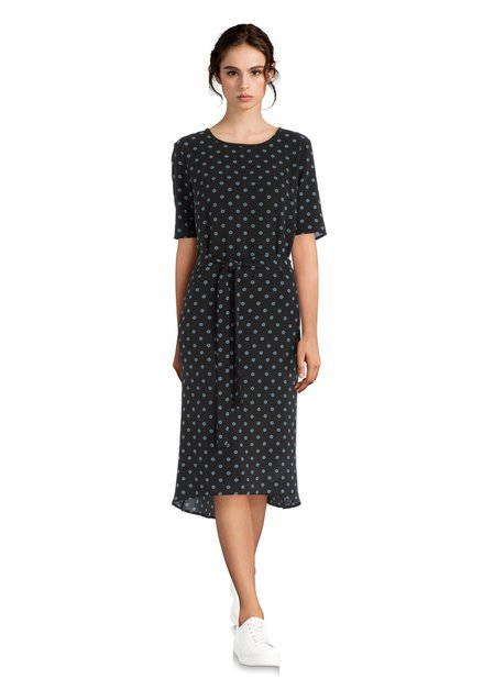 Zwart kleed met een blauw-wit motief