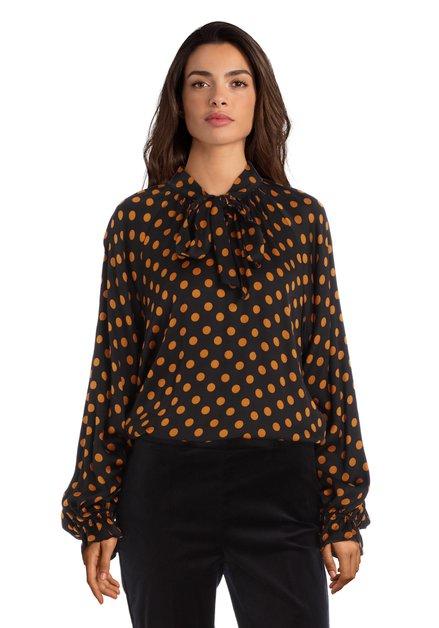 Zwarte bloes met okerkleurige stippen en zijdelook