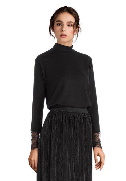 Zwarte blouse met hoge kraag