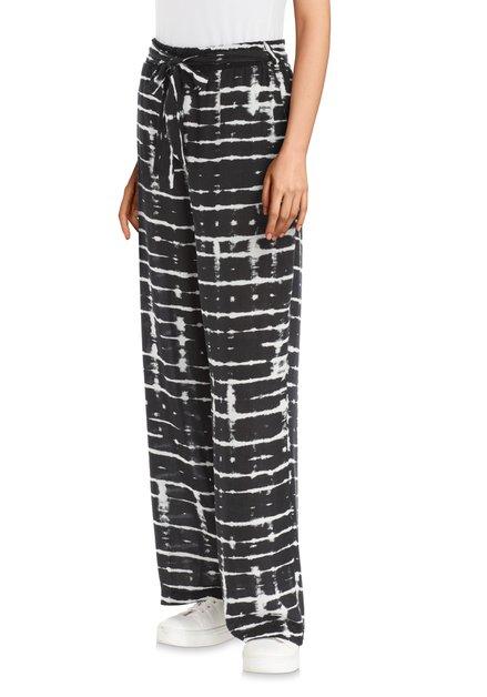 Zwarte broek met witte strepen en riem