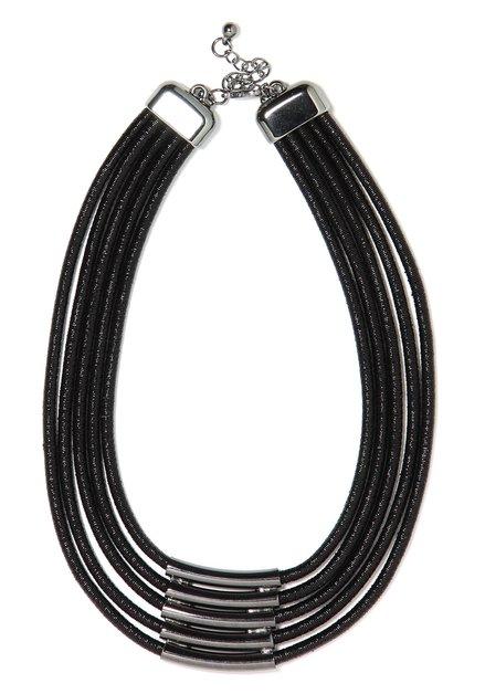 Zwarte korte ketting met zilverkleurige buisjes