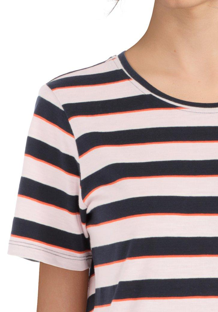 70b885adbb3 Roze T-shirt met donkerblauwe streepjes