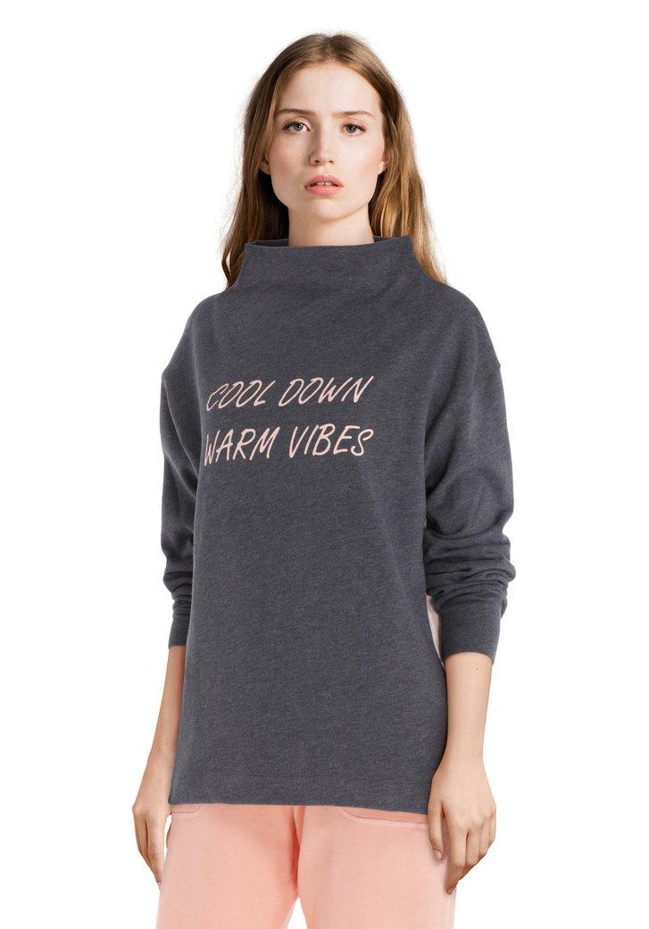 Antraciet sweater met roze kleuraccent