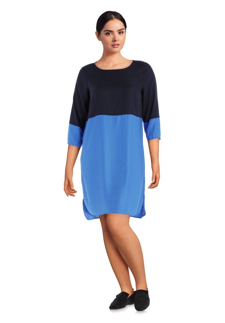 Blauw kleed met color blocking