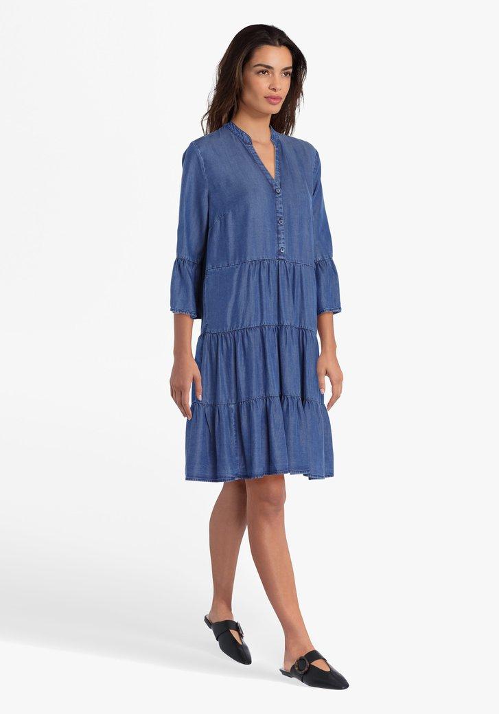 Blauw kleed met ruches en jeans look