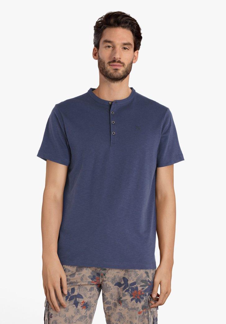 Blauw T-shirt met zilverkleurige knopenlijst