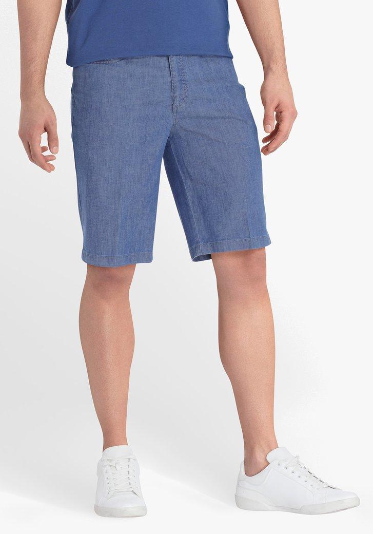 Blauwe bermuda met jeans look