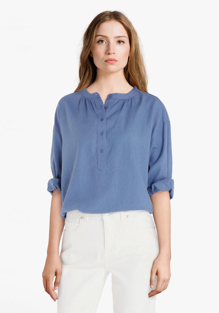 Blauwe blouse met korte knopenlijst