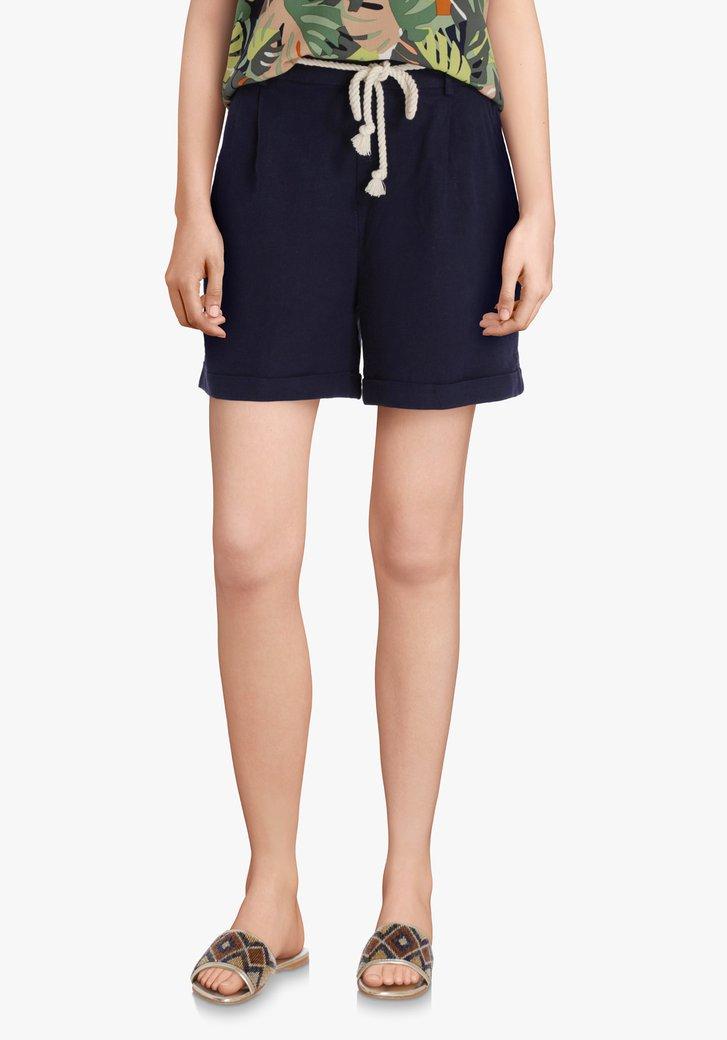Blauwe short met linnen en wit taillelint