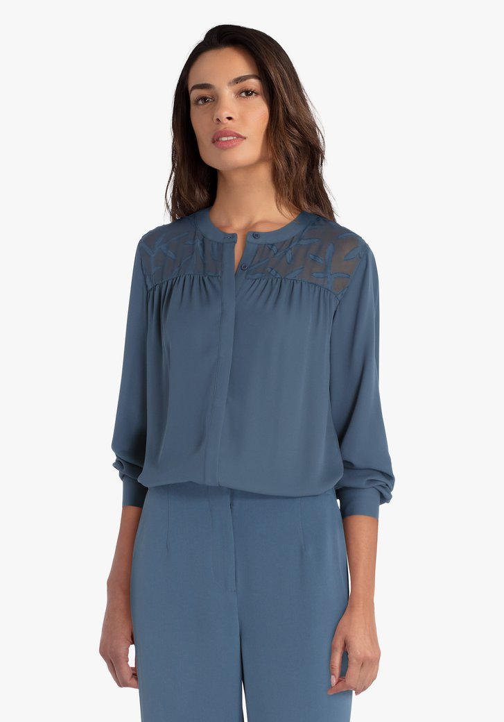 Blauwgroene blouse met detail aan de schouders