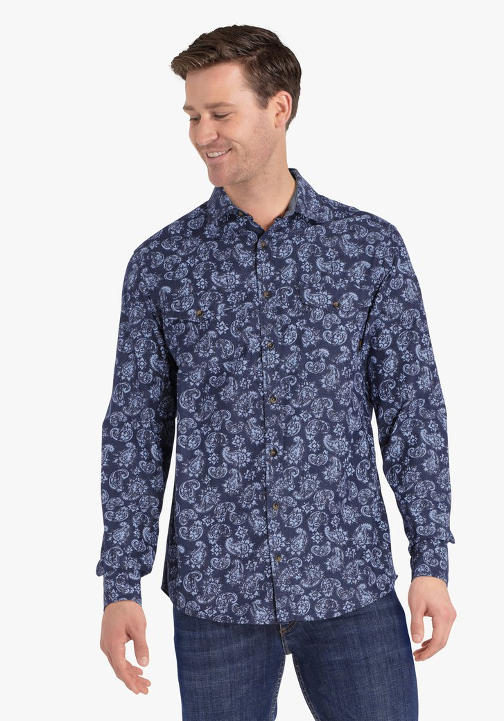 Chemise bleu foncé à imprimé paisley.