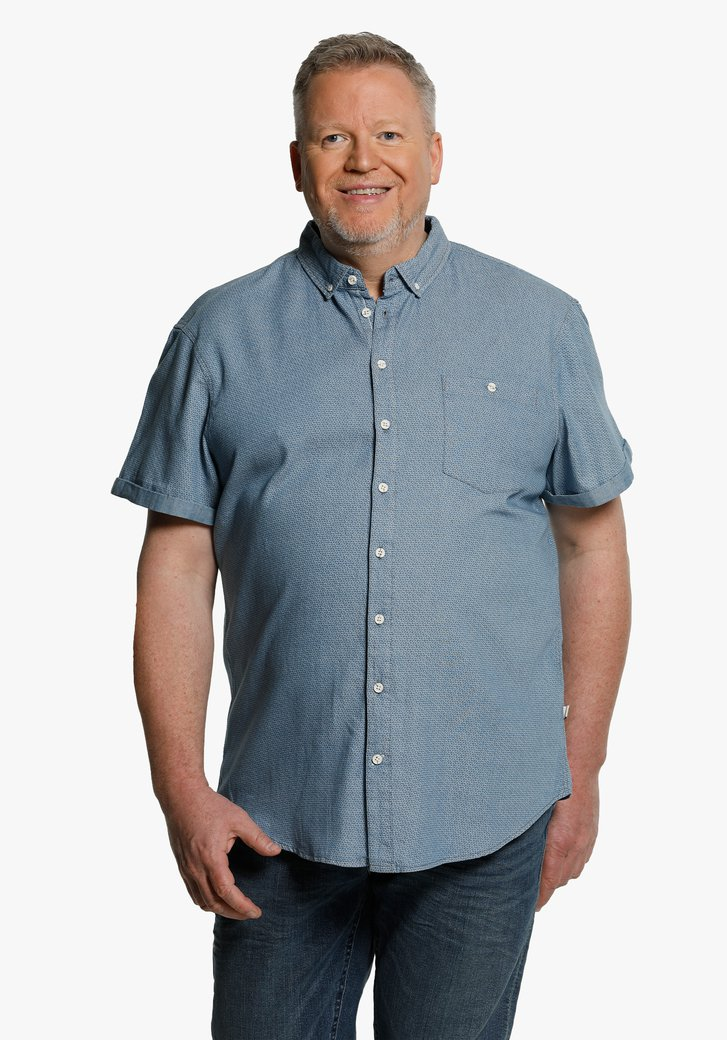 Chemise bleue à petits imprimés et manches courtes