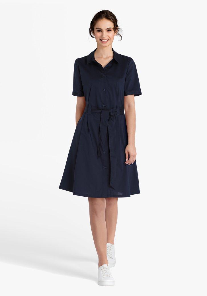 Donkerblauw kleed met striklint aan de taille