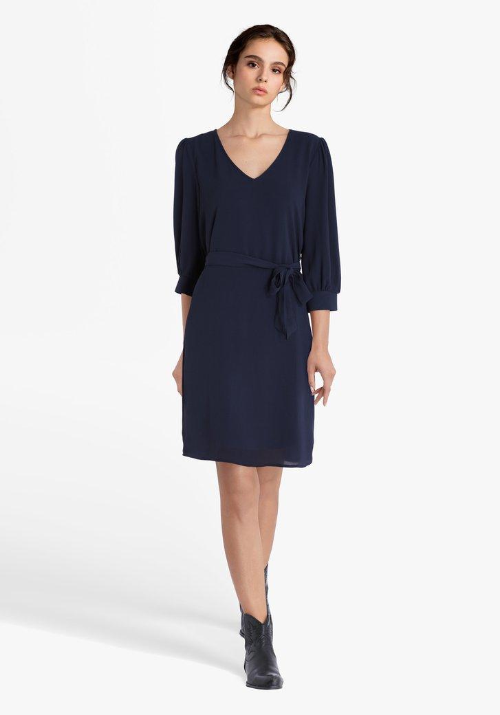 Donkerblauw kleed met striklint en V-hals