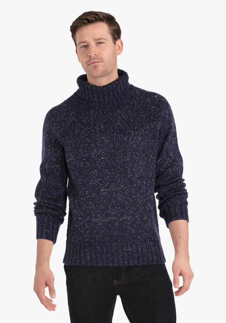 Donkerblauwe gebreide trui met rolkraag