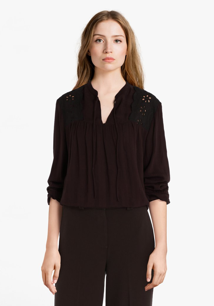 Donkerbruine blouse met broderie anglaise