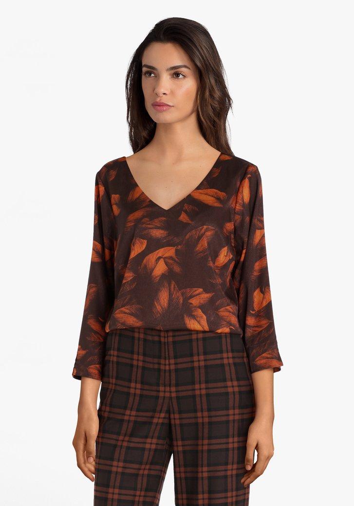 Donkerbruine blouse met oranje veertjes