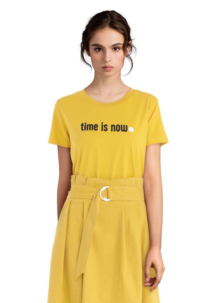 """Geel T-shirt met opschrift """"Time is now"""""""