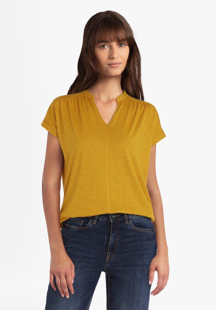 Goudkleurige T-shirt met V-hals