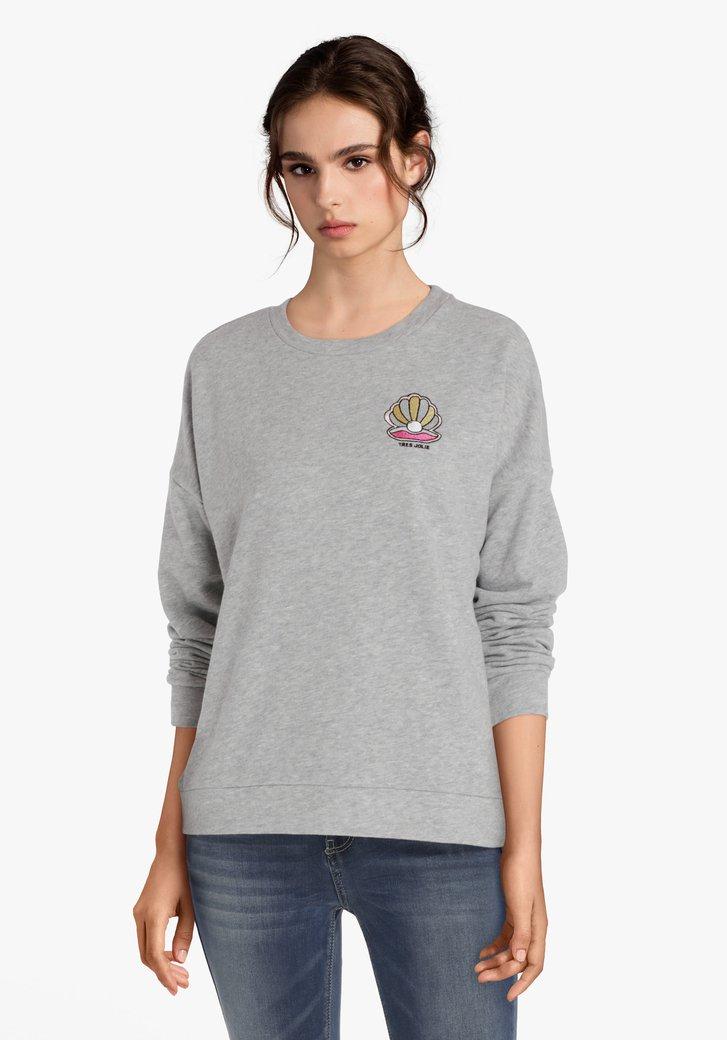 Grijze sweater met geborduurde parel